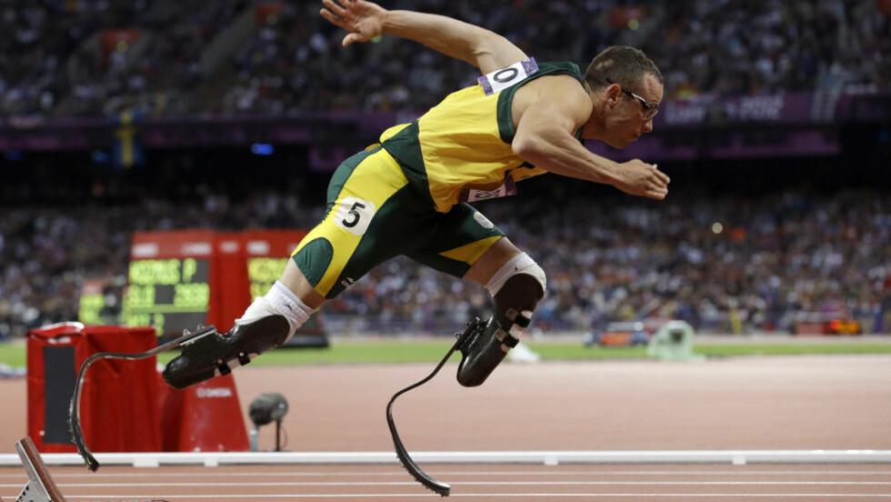 UTE: Oscar Pistorius rok ut av OL-semifinalen på 400 meter. Foto: AP Photo/Anja Niedringhaus/NTB scanpix