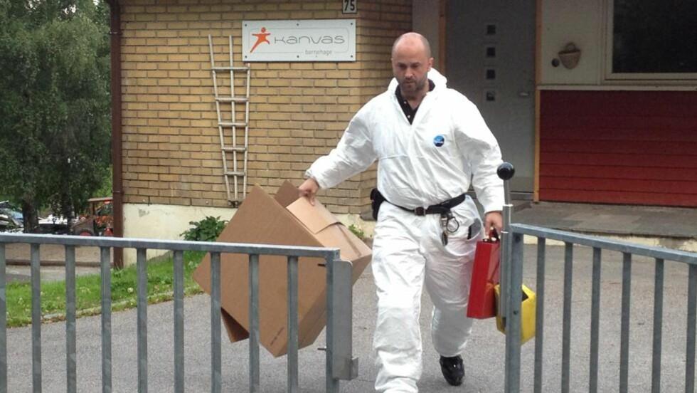 KRIMTEKNISKE UNDERSØKELSER: En krimtekniker tar med bevisposer i en kasse. Foto: Harald Klungtveit/Dagbladet