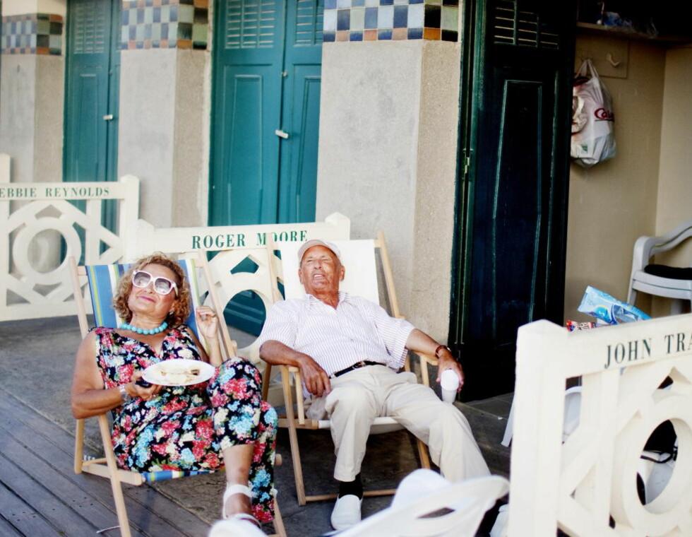 Lykken er... å leie et omkledningsrom merket Roger Moore på stranda i Deauville for sommeren. Det mener i hvert fall Monsieur og Madame Aignier, som ellers har adresse Paris. Foto: Agnete Brun / Dagbladet