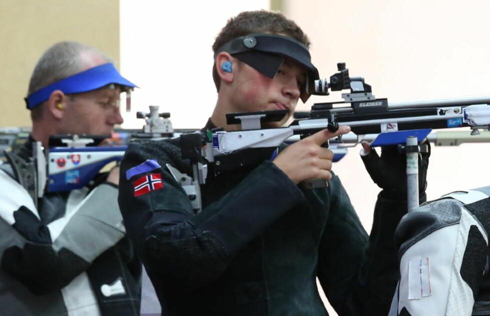 ÅTTE KJEMPER OM GULLET: Ole-Kristian Bryhn ble nummer sju av de åtte som skjøt seg finale i rifle helmatch i dag. Foto: Erik Johansen / NTB scanpix