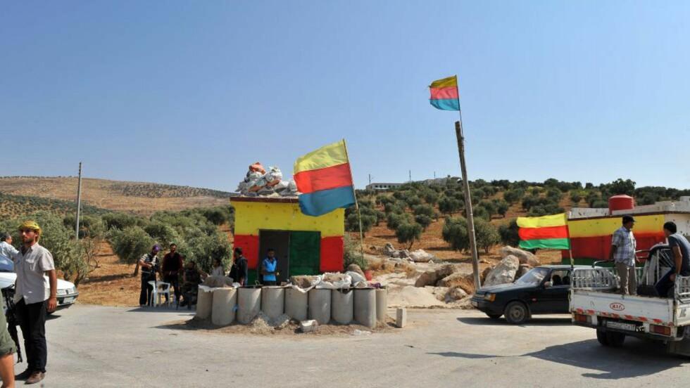 OVERTATT: Kurderne har overtatt by etter by nord i Syria, uten å møte mye motstand fra regjeringsstyrkene, som tydeligvis har mer enn nok med å forsvare storbyene Aleppo og Damaskus. Kurderne sier samtidig til opprørerne i Syrias Frie Hær at de heller må bruke styrkene sine andre steder i kampen mot regimet. Plutselig finnes et frigjort Vest-Kurdistan. Tyrkias regjering er adskillig mindre henrykt. Foto: AFP / BULENT KILIC