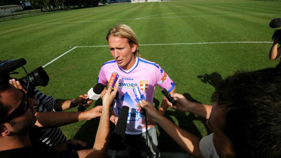 GIR SEG PÅ LANDSLAGET: Christian Poulsen bekreftet mandag at han gir seg på det danske fotballandslaget. Foto: AFP PHOTO / JEAN-PIERRE CLATOT