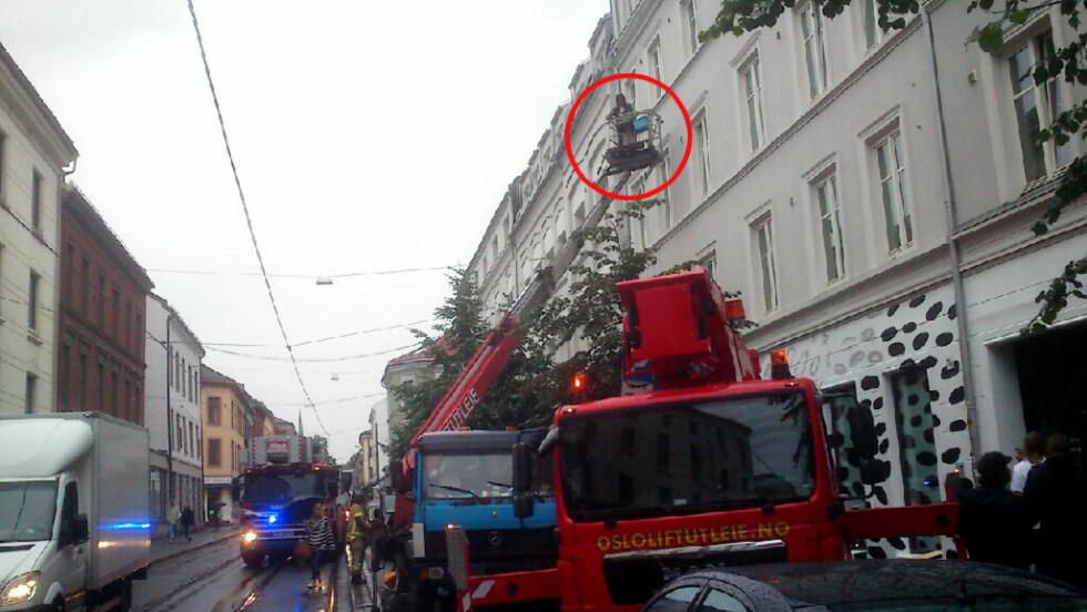 SITTER FAST: Her har brannvesenet kommet til stedet for å prøve å få ned mannen i liften. Foto: Dagbladet-tipser