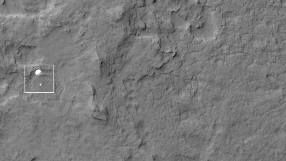 LANDET: Mars-satellitten Mars Recoinnaissance Orbiter (MRO)  tok et bilde av «Curiosity» mens den dalte ned mot Mars. Foto: NASA / JPL / University of Arizona
