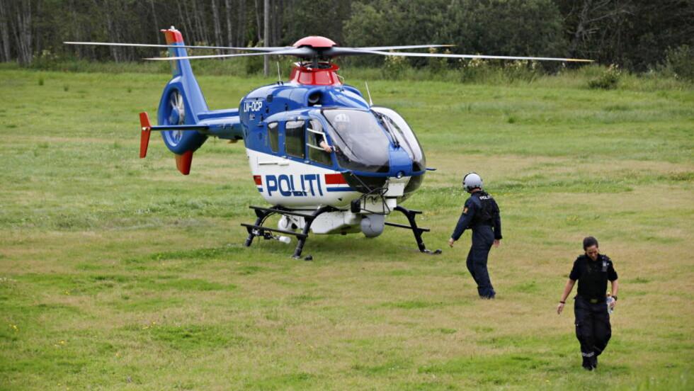 SATT INN MANDAG: Politiehelikopteret ble først satt inn i søket etter Sigrid Schjetne (16) mandag. Hun forsvant ved Østensjø natt til søndag. .  Foto: Anette Karlsen / NTB scanpix