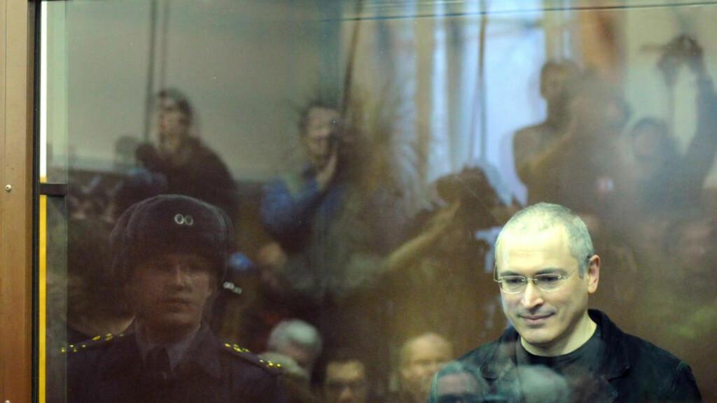 GAMMEL KJENNING: Tidligere Yukos-direktør Mikhail Khodorkovsky har sittet i samme glassbur som Pussy Riot gjør nå. Han ytrer sin støtte til pønkejentene. Foto: ALEXANDER NEMENOV / AFP PHOTO / NTB SCANPIX