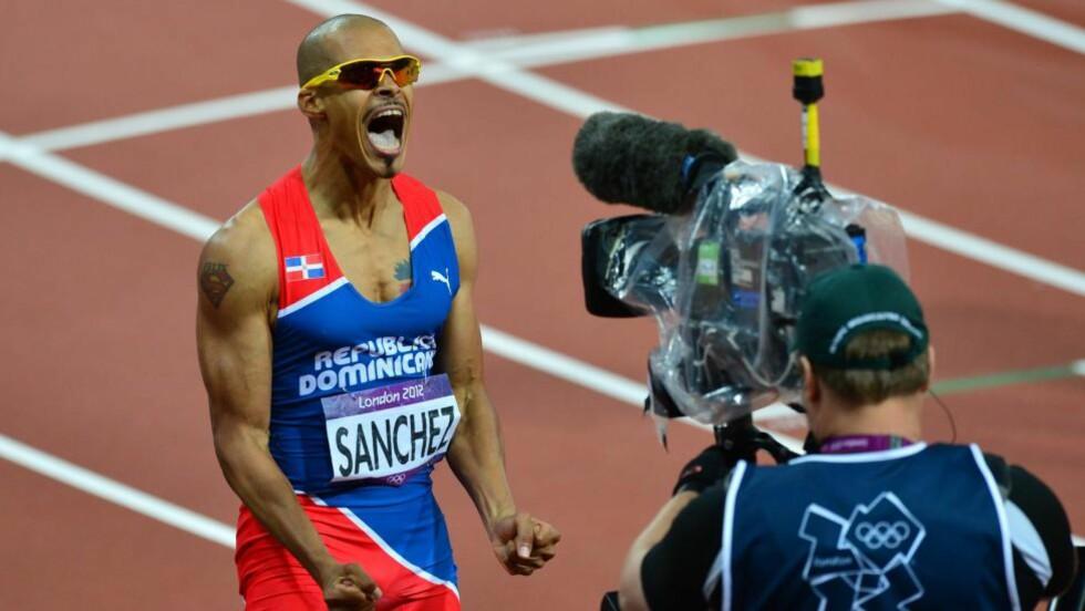 TILBAKE: Felix Sanchez gjenerobret OL-tittelen da han stormet inn til 47,63 i finalen på 400 meter hekk mandag. Foto: AFP PHOTO / GABRIEL BOUYS