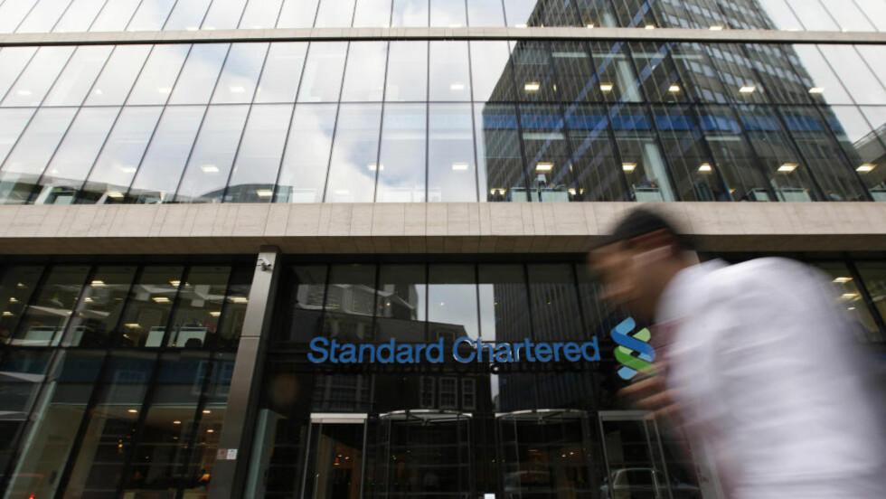 ANKLAGET: Hovedkontoret til Standard Chartered bank in London. I USA anklages storbanken for omfattende ulovlig overføringer til og fra Iran, i strid med straffetiltakene mot Iran som USA har innført. Det kan være kroken på døra for bankens forretninger i USA. Foto: REUTERS / Scfanpix / Stefan Wermuth