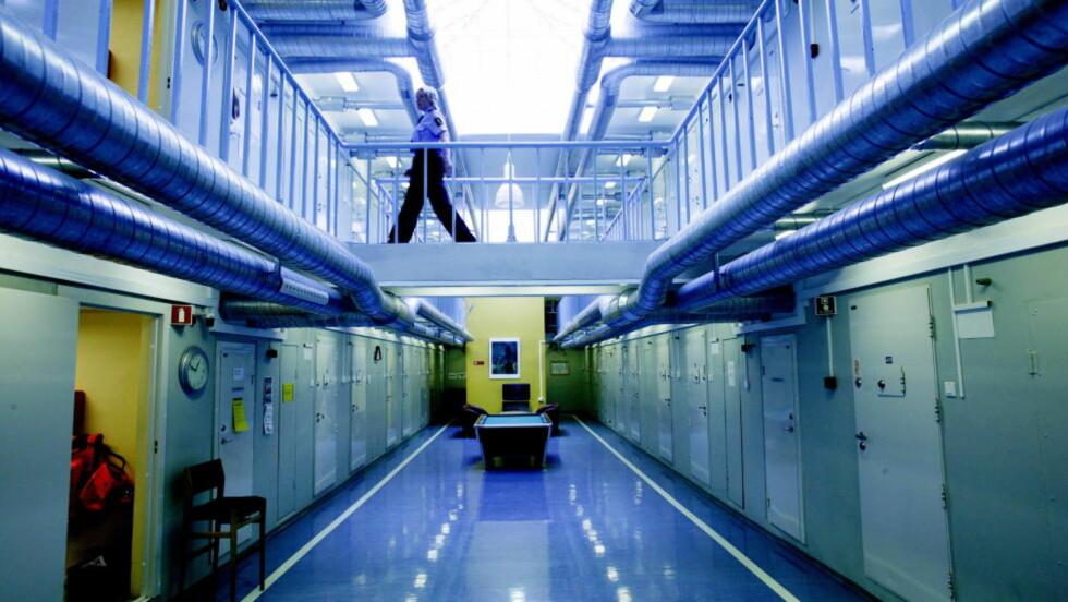 DEKKET TIL BRANNALARM: En fange tente på cella si i Oslo fengsel i helga. Han hadde dekket til brannalarmen, så det skulle ta lenger tid før brannen ble oppdaget. Foto:Aleksander Nordahl