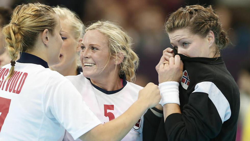 TÅREVÅTT:  Kari Aalvik Grimsbø tørker tårer med keeperdrakta etter å ha sendt Norge til OL-semifinale med keeperspill i toppklasse. Foto: BJØRN LANGSEM / DAGBLADET