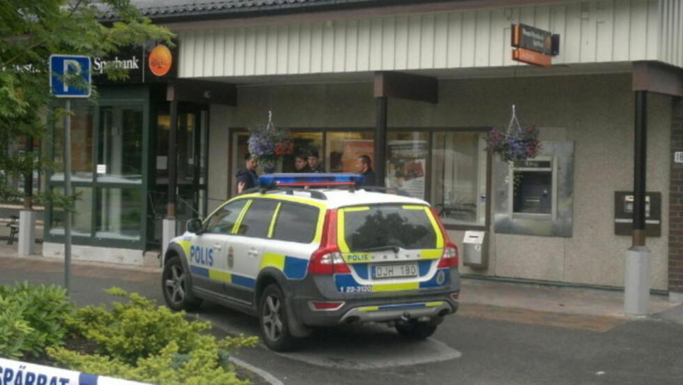 JAKTER BANKRANERE: Svensk politi leter etter tungt bevæpnede ranere som slo til mot en bank i Värmland tirsdag. De antatte gjerningsmennene skal ha kjørt mot Norge. Foto: Freddie Larsen