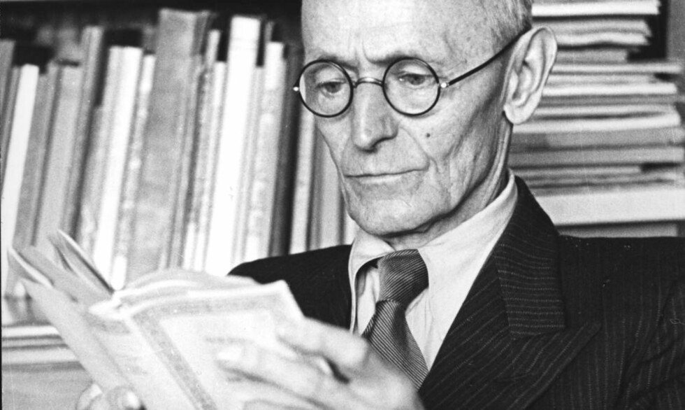 NOBELVINNER: Hermann Hesse ble i 1946 tildelt Nobelprisen i litteratur, og en hel verden fikk øynene opp for hans forfatterskap. Her er han i sitt hjem i 1962, året han døde. (Foto: NTB Scanpix.)
