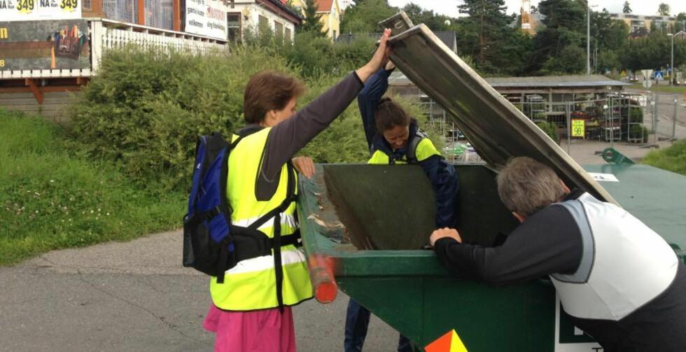 LETER OVER ALT: De frivillige som nå leter i boligområder har fått beskjed om å lete over alt. Foto: Jo Straube / Dagbladet
