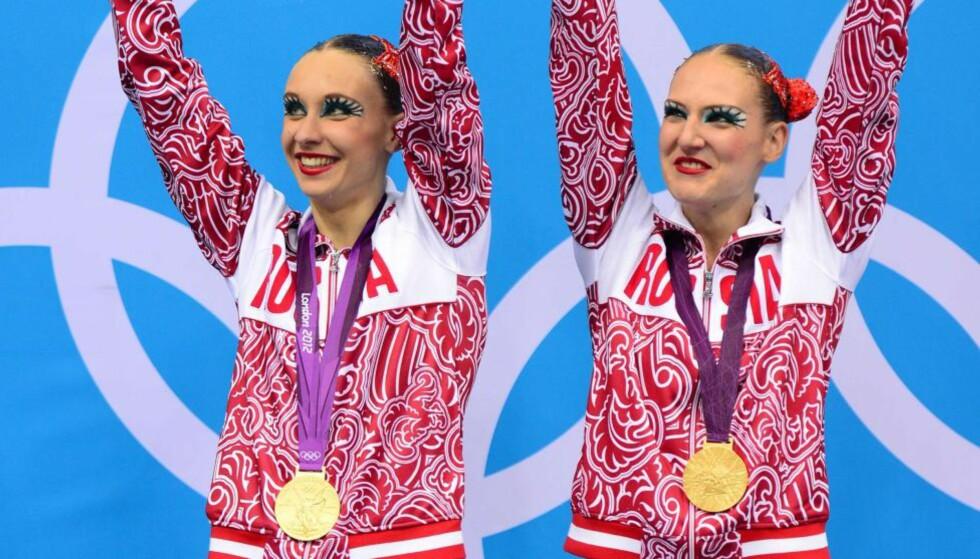 GULL FIRE GANGER PÅ RAD: Det ble russisk OL-triumf i synkronsvømming duett for fjerde gang på rad. Natalia Isjtsjenko og Svetlana Romasjina utklasset konkurrentene. Foto: AFP PHOTO / MARTIN BUREAU