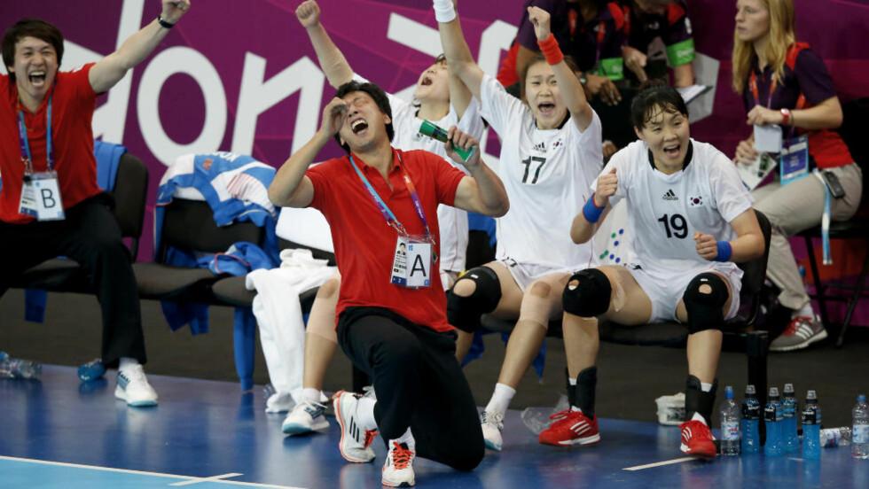 GODT TRENT: Kang Jae-Won jubler med de koreanske spillerne på benken under kvartfinalen mot Russland. Torsdag møter de Norge i semifinale. Da lagene møttes i gruppespillet, endte det 27-27. Foto: BJØRN LANGSEM / DAGBLADET