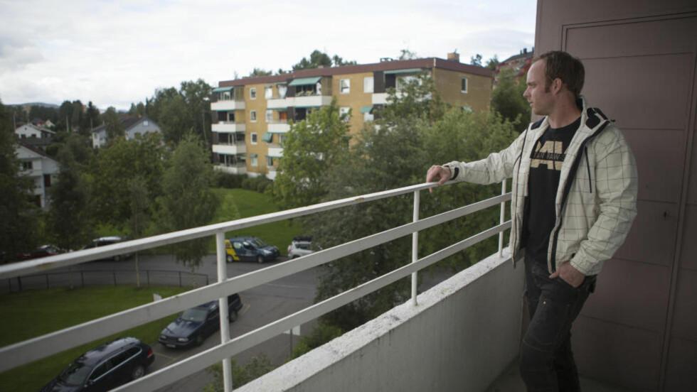 SÅ BIL: Øystein Kandal (29) la merke til en mystisk bil to ganger natt til søndag. Han har god utsikt ned mot krysset ved Låveveien og Dalbakkveien. Veikrysset og Østensjø Kanvas-barnehage ligger til venstre for bildet.  Foto: Jo Straube / Dagbladet
