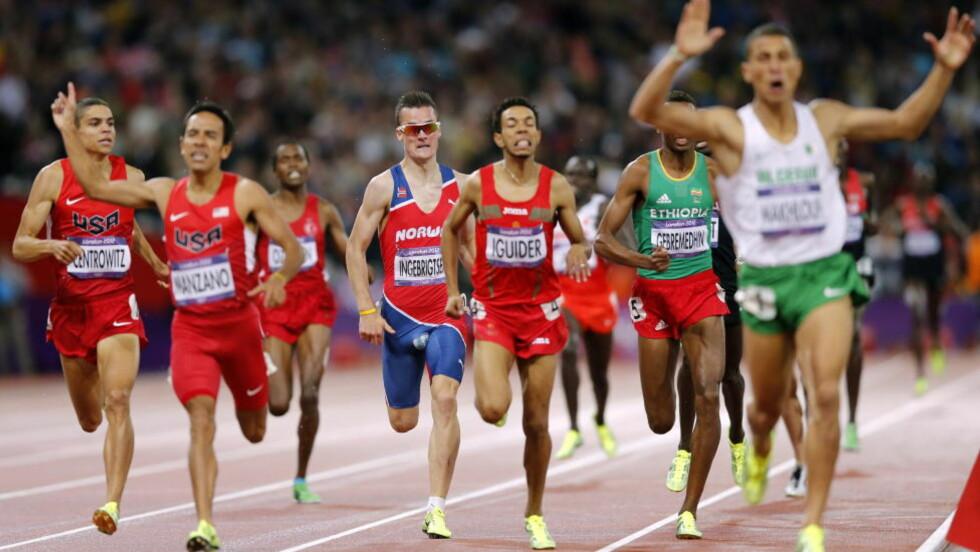 5. PLASS MED HULL I SKRITTET: Henrik Ingebrigtsen løp inn til en ekstremt imponerende 5. plass i OL i kveld, men hadde trøbbel med drakta underveis, noe bildet viser. Foto: Lise Åserud / NTB Scanpix