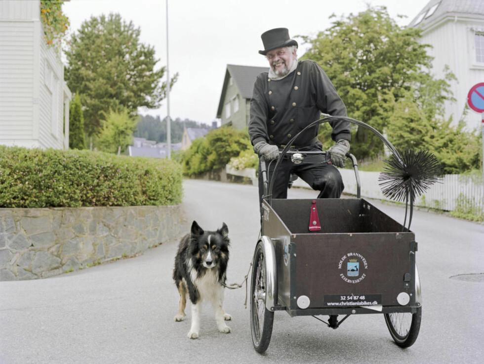 FEIER-FEIDE: Etter fem år parkerer nå Torbjørn Jenset sykkelen etter arbeidstid. Brannsjefen i Molde har fått klager fra publikum på at Jenset benytter den kommunale sykkelen på fritida. Her sammen med feierhunden Spatz. FOTO: Erik Hattrem / Dagbladet