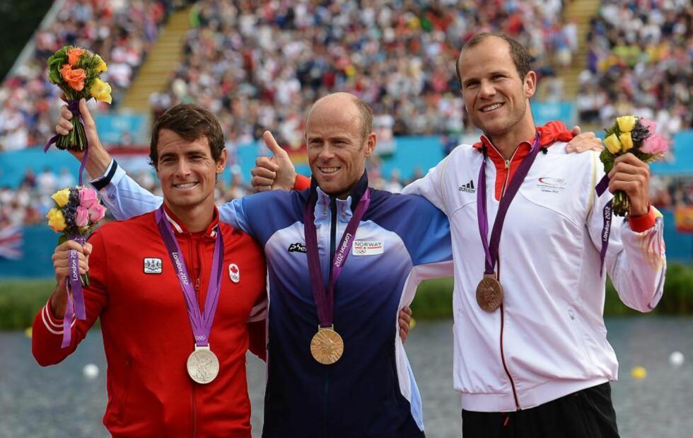 ØNSKEREPRISE: Åtte år etter at han vant samme øvelse i Athen, sto Eirik Verås Larsen (midten) atter en gang øverst på en olympisk seierspall med gullmedalje rundt halsen. Sølvvinner Adam van Koeverden til venstre. Bronsevinner Max Hoff til høyre.Foto: FRANCISCO LEONG / AFP PHOTO / NTB Scanpix