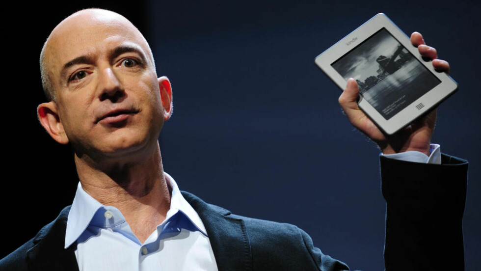 FIKK KJEFT: Nettbokhandelen Amazon fjernet en Kindle-bok om sexturisme fra bokhandelen. Her introduserer Amazon-direktør Jeff Bezos den nye Kindle Touch i september i fjor. Foto: Emmanuel Dunand / AFP / NTB SCANPIX