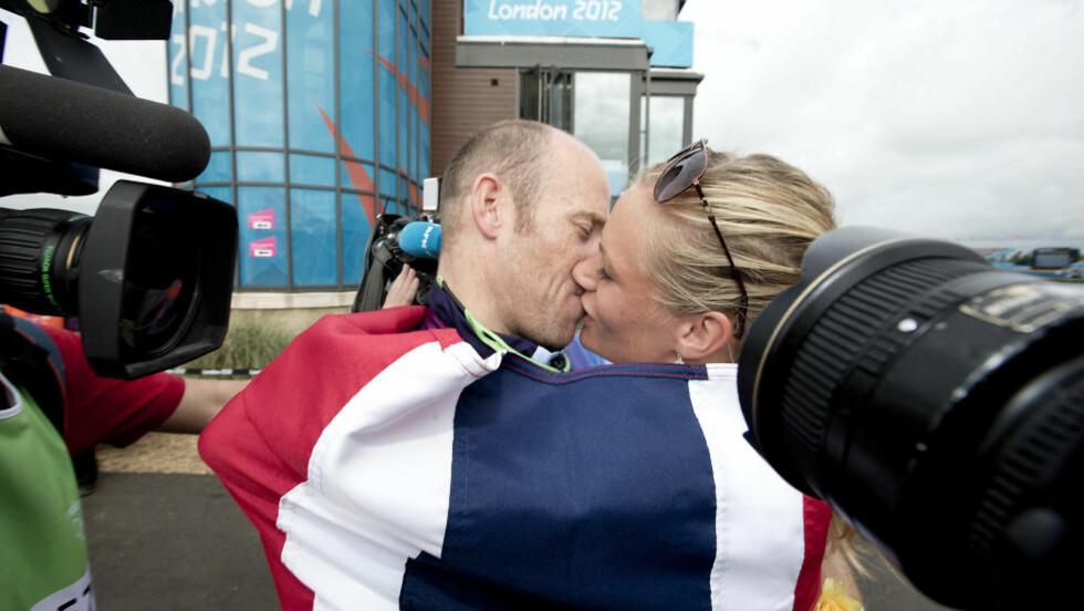 GULLKYSSET: Mira Verås Larsen ga ektemannen Eirik et velfortjent kyss etter OL-gullet. - Vi har bodd i vår egen boble på Årungen i flere måneder, og det er godt å kunne toppe det med dette gullet, sier hun. Foto: Bjørn Langsem / Dagbladet.