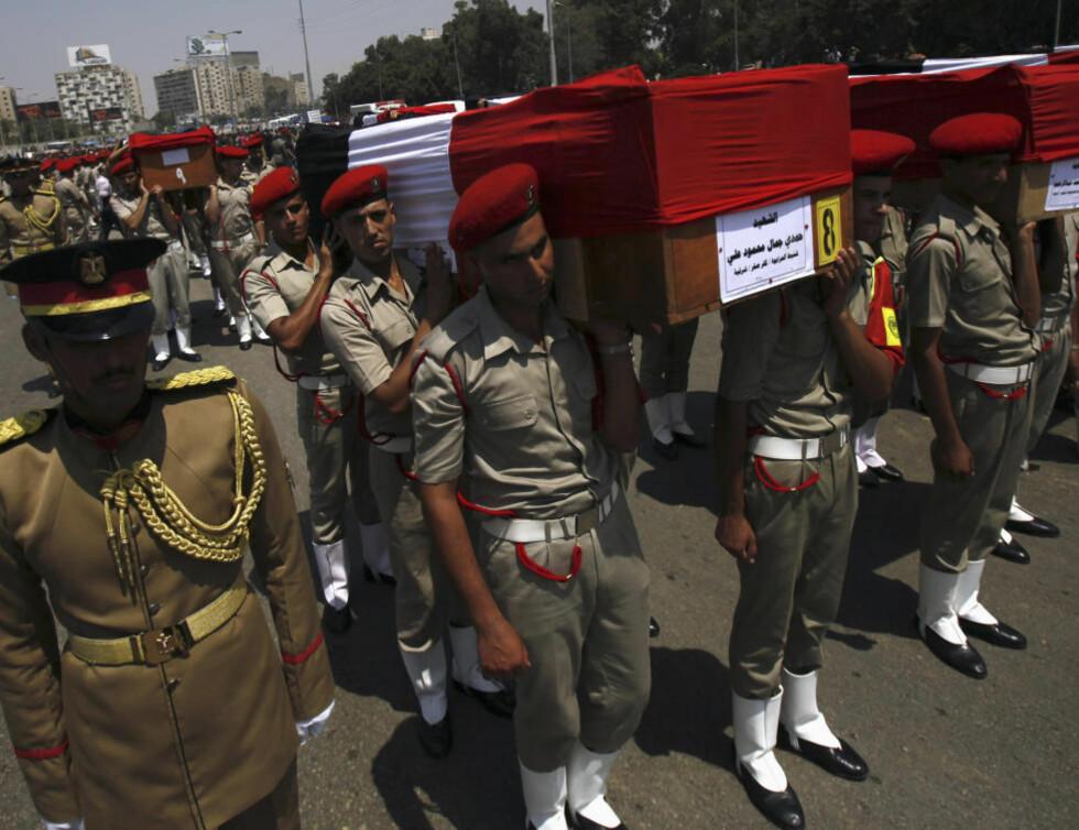 BEGRAVES: De 16 grensevaktene som ble drept på søndag ble begravet i Kairo på mandag. REUTERS/Amr Abdallah Dalsh