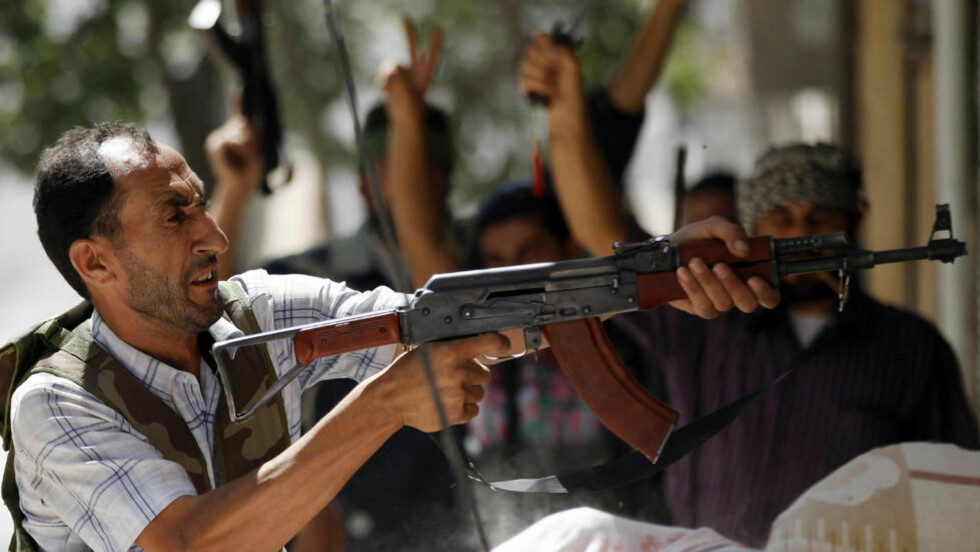 GATEKAMPER:En væpnet opprører fyrer av under skuddveksling med regjeringsstyrkene i bydelen Salaheddine i Aleppo.  Foto: REUTERS / Scanpix / Goran Tomasevic