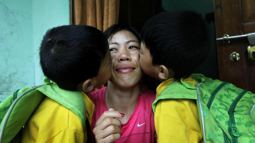 MOR: Det ble bronse på den indiske bokseren Mary Kom, her med sine sønner, tvillingene Rengpa og Nainai. Foto: Anupam Nath / AP / NTB Scanpix.