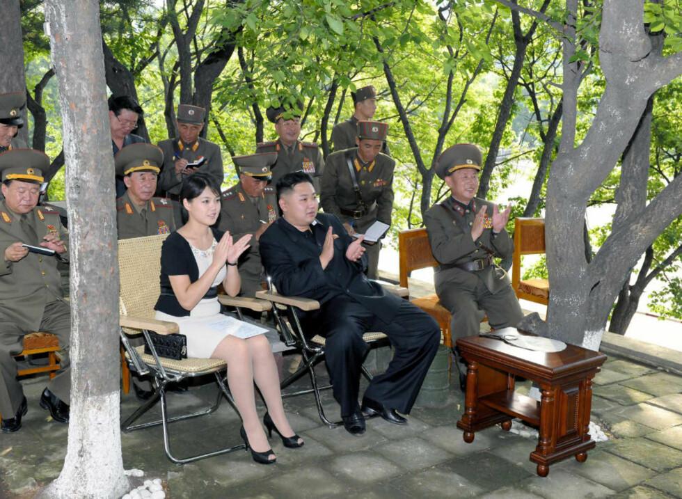 FLOTTER SEG: Mens Nord-Koreas befolkning sliter med katastrofevær, død og ødeleggelser, flotter landets ledere seg i designervesker og luksus. Her er landets leder, Kim Jong-Un, og hans kone Ri Sol-Ju. Veska til Sol-Ju er verdt en gjennomsnittlig nordkoreansk årslønn. Foto: Scanpix