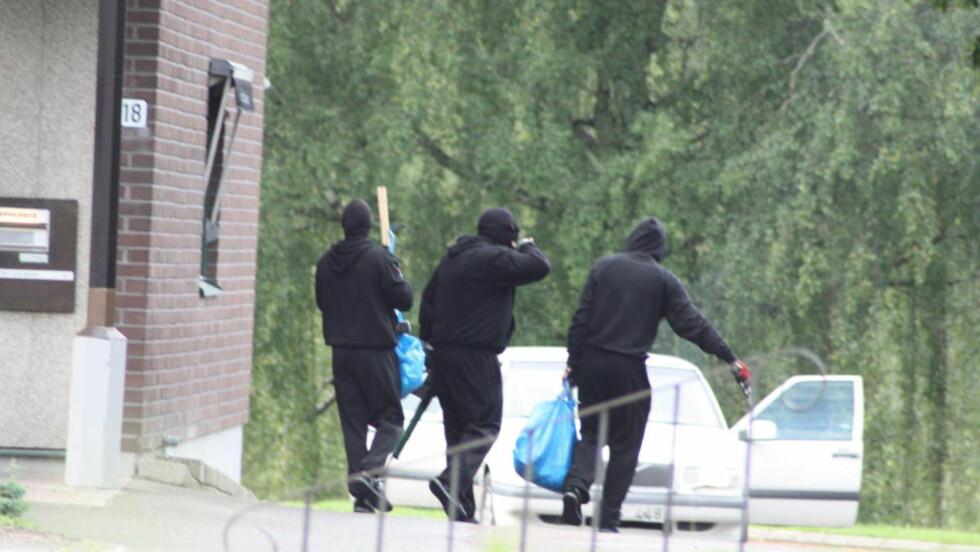 TRE RANEERE: Tre ranere slo i går morges til mot en bank i Töcksfors i Sverige, nær grensa til Norge. Bildet ble tatt da ranerne forlot banken. Foto: Morgan Sahlin / NTB scanpix