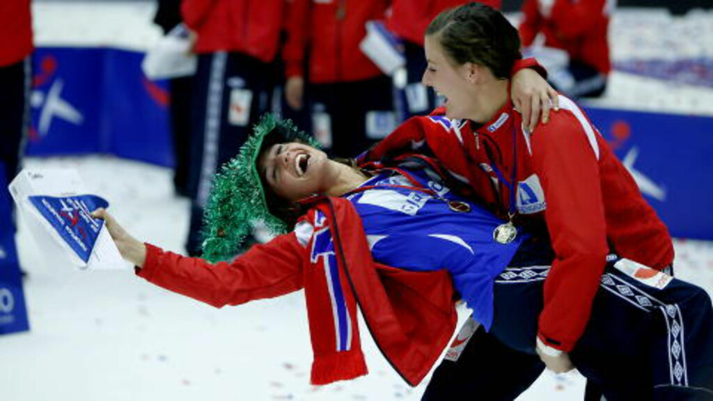 BANKET SÖTA BROR: Camilla Herrem (t.v.) og Linn Kristin Riegelhuth tar seg en sving etter EM-seieren i 2010 mot Sverige. Foto: Bjørn Langsem / Dagbladet.