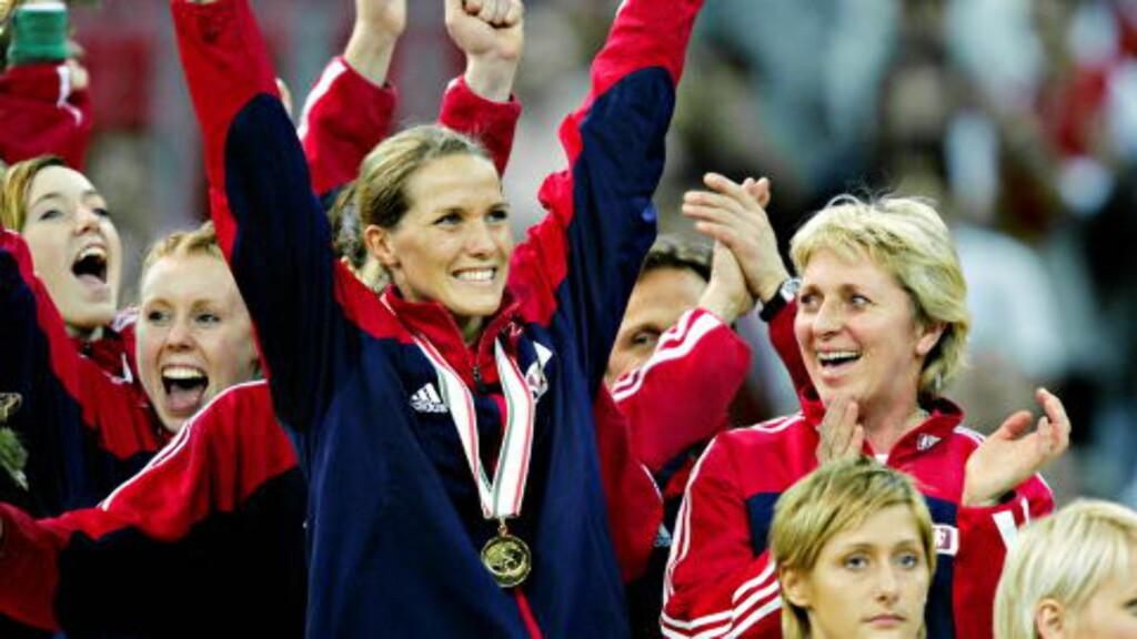 REN GLEDE: Gro Hammerseng viser hvor godt det var å slå Danmark 27-25 i EM-finalen i 2004.  Foto: Bjørn Langsem/DAGBLADET.