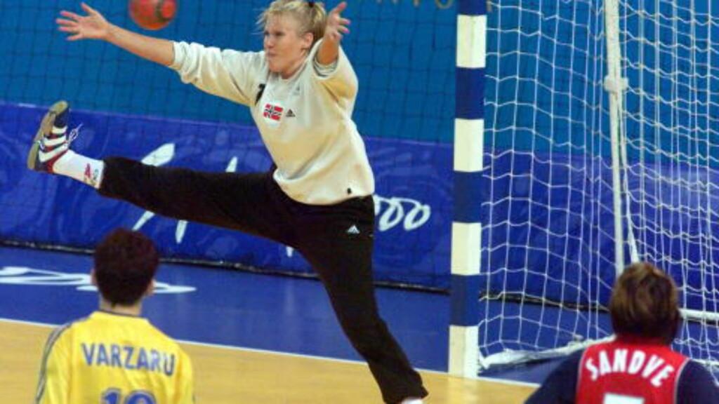 SOM EN MUR: Heidi Tjugum storspilte mot Romania i Sydney-OL 2000. Norge endte opp med bronse. Foto: JAN L. DAHL