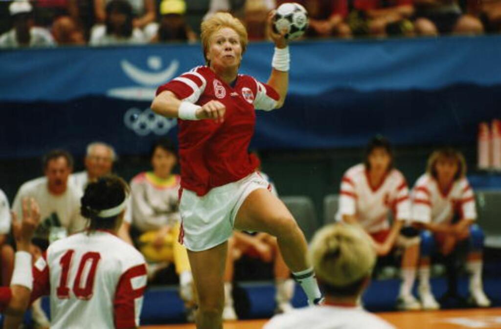 SØLV: Landslagstrener Sven-Tore Jacobsen ledet Cathrine Svendsen og resten av OL-jentene til sølv i Barcelona 1992. Foto:  Ole Chr. Thomassen/Dagbladet
