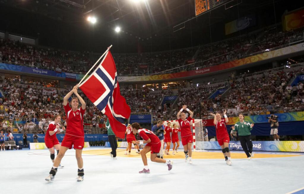 FLAGGET TIL TOPPS: Else Marthe Sørlie og resten av jentene feirer OL-gullet i Beijing. Russland ble slått 34-27.  Foto: CORNELIUS POPPE / NTB SCANPIX