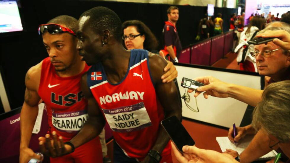 TRØSTENDE KLEM: Wallace Spearmon gir Jays en klem etter 200-meteren. Ndura var langt nede etter ikke å ha kvalifisert seg til finalen. Foto: Erik Johansen / NTB scanpix