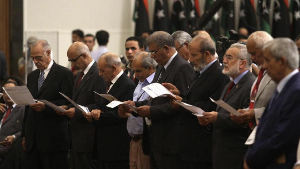 MAKTOVERFØRING: Her avlegger den lovgivende forsamlingen en ed i en seremoni hvor overgangsrådet overfører makten i landet. Foto: REUTERS