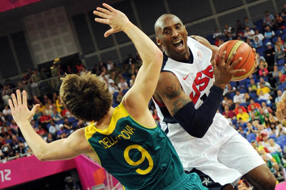 PÅ GANG: Etter en litt anonym innledning på OL-turneringen, meldte også Kobe Bryant seg på og ble amerikansk toppscorer med 20 poeng i kvartfinalen mot Australia. Foto: AFP PHOTO / MARK RALSTON / NTB Scanpix