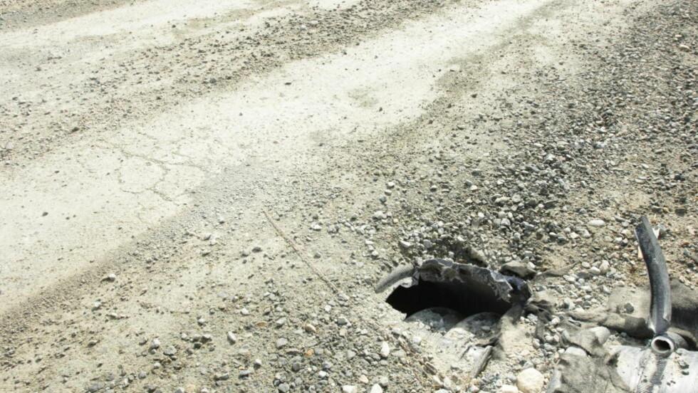 LANDETS VERSTE: I fjor ble fylkesvei 52 kåret til landets verste vei. Troms fylkeskommune har ennå ikke gjort noe med Norges dårligste vei (som er fin i sommer, fordi det har vært tørt). Dreneringen, drenrøret er ødelagt. Foto: INGUN A. MÆHLUM