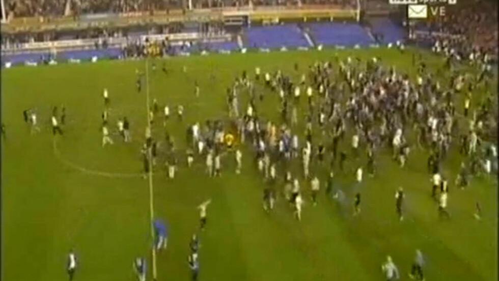 ET EKTE PUBLIKUMSMÅL: Slik så det ut på Goodison Park da Tony Hibbert scoret sitt første mål for Everton. Hibbert scoret i sin egen testimonial etter mer enn ti år og 300 kamper for klubben. Se hele sekvensen her.Foto: NovaSports/Youtube