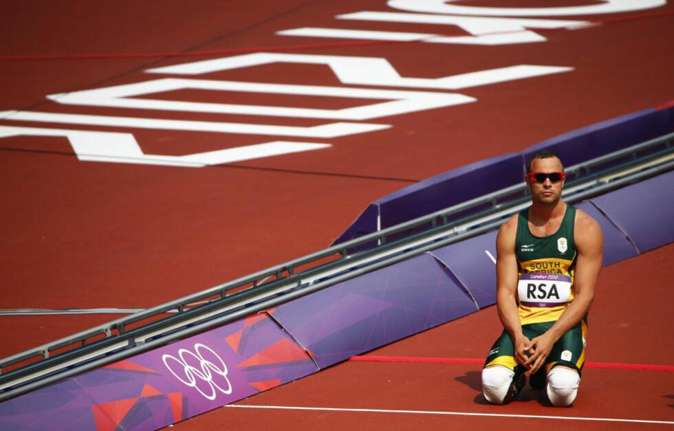 KORTVARIG SKUFFELSE: Oscar Pistorius var sønderknust etter at Sør-Afrika måtte bryte forsøksheatet på 4x400 meter etter et fall. Men etter en protest, får sørafrikanerne løpe finale likevel. Foto: David Gray / REUTERS / NTB Scanpix