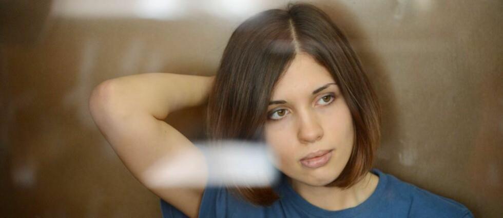 PÅ BENKEN: Pussy Riot-medlem Nadezhda Tolokonnikova i glassburet i rettssalen i Moskva. Storbritannia og Tyskland har gått langt i å støtte de tre, skriver Nina Hovland Moronski. Foto: Natalia Kolesnikova / AFP Photo / NTB Scanpix