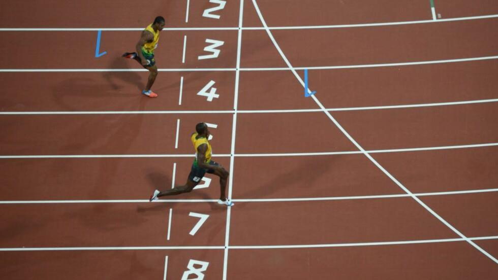 OVERLEGEN: Usain Bolt startet feiringen allerede før han krysset målstreken. Foto: AFP PHOTO/ANTONIN THUILLIER
