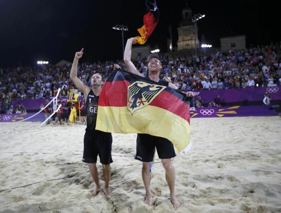 TYSKE GULLGUTTER:  Jonas Reckermann og Julius Brink tok det første europeiske OL-gullet i sandvolleyball da de slo Brasil 2-1 i settFoto: Marcelo Del Pozo / REUTERS / NTB Scanpix