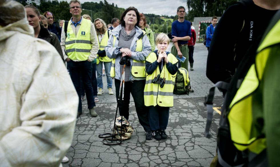 FORTSETTER PÅ NØKLEVANN:  Jonathan Roverudsether (7) og bestemor Lise Svärd møtte opp på Østensjø skole for å lete etter Sigrid Giskegjerde Schjetne. Foto: John T. Pedersen / Dagbladet