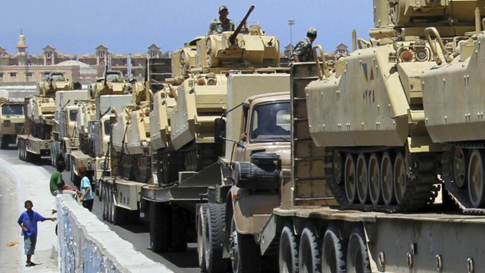 PANSER: Egypt har sendt inn panserstyrker til Rafah på grensa til Gaza som en kraftig advarsel til de væpnede islamistene på Sinai-halvøya. Nå har myndighetene forhandlet seg til støtte fra beduin-lederne der. Foto: REUTERS / Scanpix / Mohamed Abd El Ghany