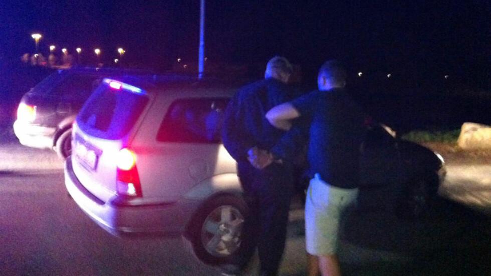 PÅGRIPELSE:  En person blir pågrepet av politiet på Stoa ved Arendal natt til fredag etter et mistenkelig dødsfall i Arendal torsdag kveld. Dødsfallet etterforsker som et drap og fire personer er siktet i saken. Foto: Steinar Larsen / NTB scanpix