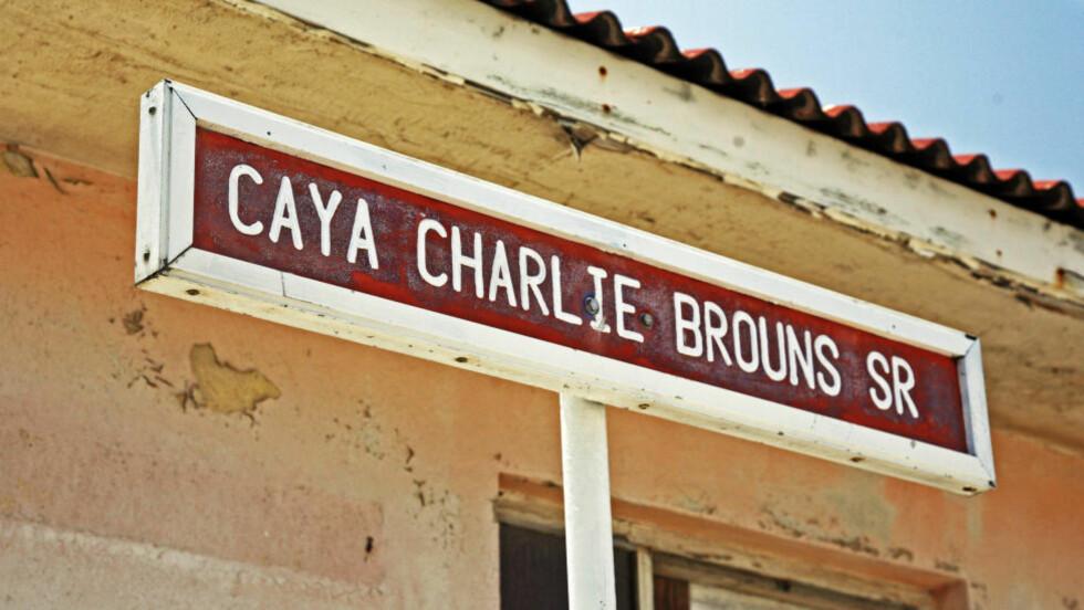 EGEN GATE: Det er aldri vanskelig å finne adressen til Charlie's Bar. Den ligger selvsagt i en gate som er oppkalt etter ikonet. Foto: Eivind Pedersen / Dagbladet.