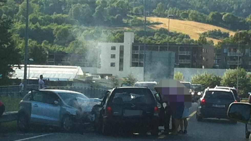 FIRE KRITISK SKADD:  Totalt sju personer er sendt til sykehus etter en front til front-ulykke på E16 i Bærum. For fire av dem er tilstenden kritisk. Foto: Maxim Devereaux