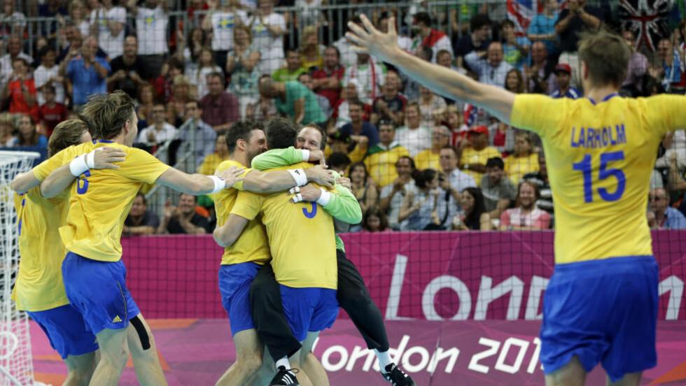 FINALEKLARE: De svenske håndballherrene er klar for finale i OL etter 27-26-seier over Ungarn i en tett og spennende semifinale fredag. Foto: AP Photo/Matthias Schrader